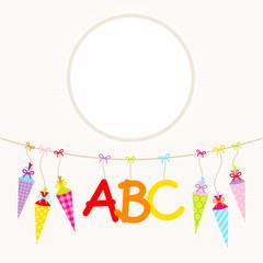 Hängende bunte Schultüten & ABC Beige Punkte
