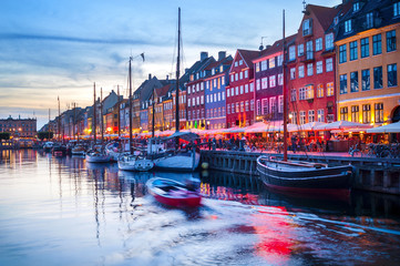 Photo sur Plexiglas Ville sur l eau People Nyhavn harbor embankment, Sopenhagen