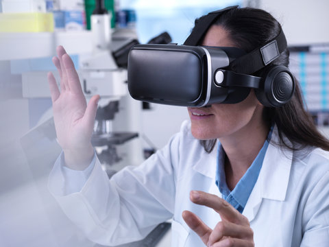 Scientist using virtual reality to understand a research experiment in the laboratory