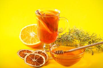 глинтвейн горячий напиток на ярком фоне рядом лежат фрукты и специи