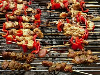 Fettarmes Hühnerfleisch als Grillspieß mit Pilzen und Paprika auf dem Holzkohlengrill auf einer Grillparty im Sommer auf dem Lande in Rudersau bei Rottenbuch im Pfaffenwinkel in Oberbayern