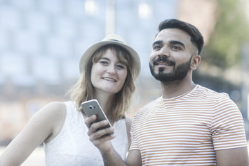 Junges Paar mit Smart Phone