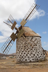 Tuinposter Molens Un moulin à vent typique de l'île de Fuerteventura dans l'archipel des Canaries