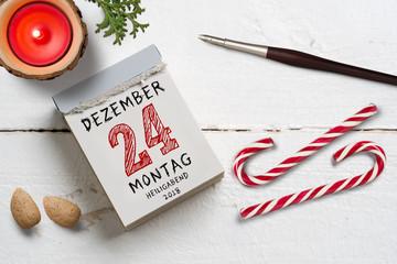 Kalenderblatt mit 24. Dezember, Heiligabend auf Holzuntergrund