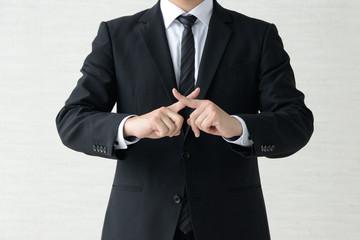 バツ印をつくるビジネスマン - fototapety na wymiar