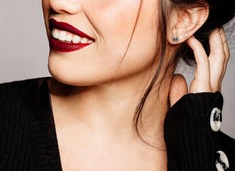 Closeup de joven bella y hermosa con bonitos labios