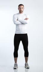 Porträt eines jungen Athlets, freigestellt vor einem weißen Hintergrund
