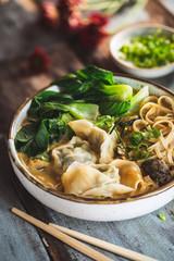 Soupe de Nouilles au Curry Jaune et Ravioli Chinois (Wontons)