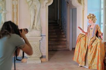 Back Stage con Fotografo Ragazza con Vestiti Rinascimentali 1600