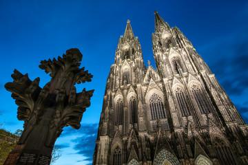 Kölner Dom und Kreuzblume bei Nacht, Nordrhein-Westfalen, Deutschland