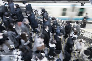 東京 通勤風景 駅のホーム