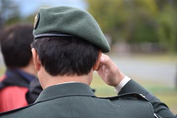 ベレー帽をかぶった自衛官