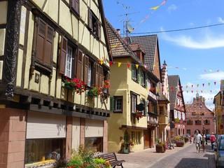 Turckheim en Alsace, rue avec des maisons à colombages et encorbellement (France)