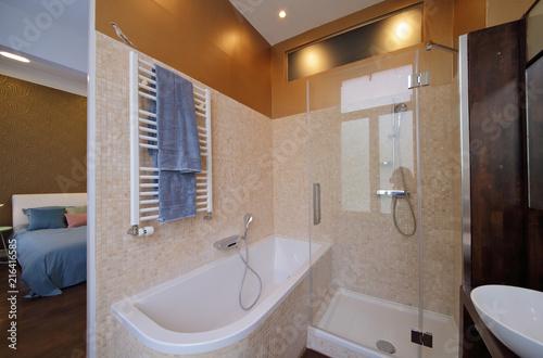 salle de bain moderne avec douche et baignoire\