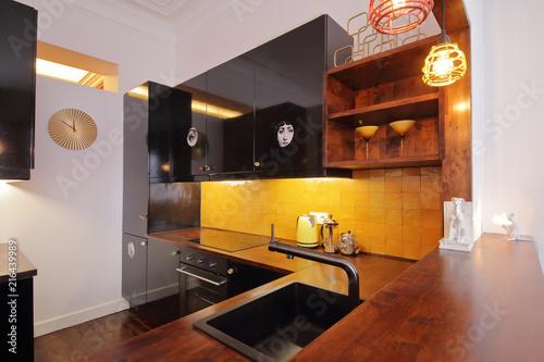 Cuisine Americaine Avec Bar Dans Appartement Renove Stock Photo