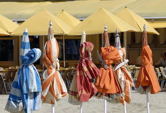 Ville de Trouville, les typiques parasols colorés de la plage, département du Calvados, Normandie, France