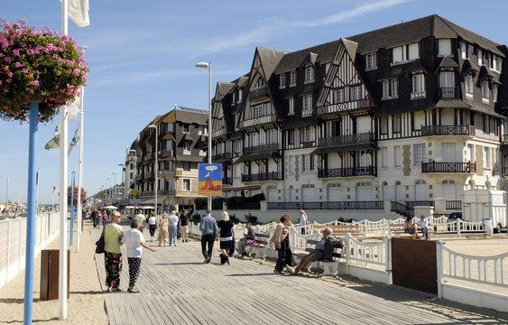 Ville de Trouville, immeubles du front de mer et les planches bordant la plage,  Calvados, Normandie, France