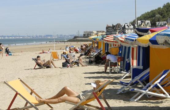 Ville de Trouville, les typiques parasols et chaises-longues colorés de la plage, département du Calvados, Normandie, France
