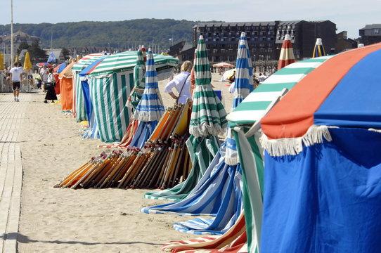 Ville de Trouville, les typiques parasols colorés et chaises-longues de la plage, département du Calvados, Normandie, France