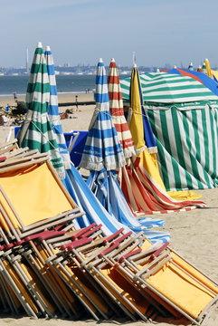 Ville de Trouville, les typiques parasols colorés de la plage et chaises longues repliées, département du Calvados, Normandie, France