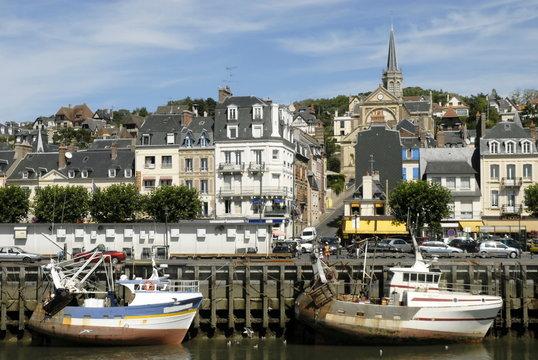 Ville de Trouville, le port de pêche à marée basse et la ville , département du Calvados, Normandie, France