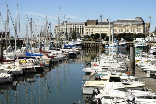 Ville de Trouville, le port de plaisance et le casino, département du Calvados, Normandie, France