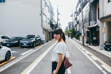 住宅街と女性