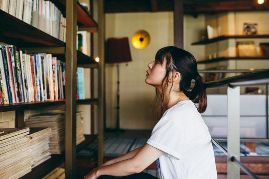本を探す女性