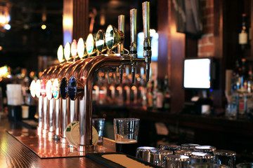 Photo sur Plexiglas Biere, Cidre Classic bar with bar counter and beer taps