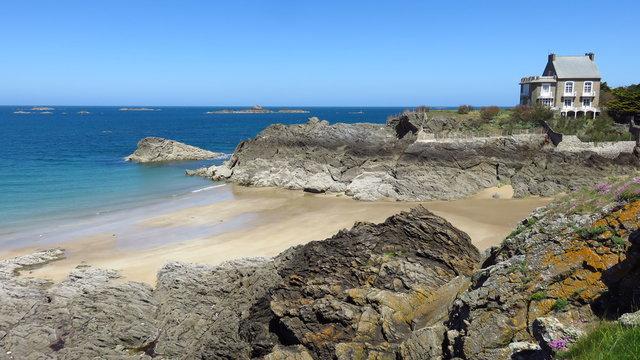Saint-Malo en Bretagne, plage du Nicet à Rothéneuf, avec une maison au bord de la mer (France)