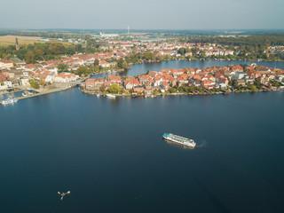 Fahrgastschiff vor der Inselstadt Malchow