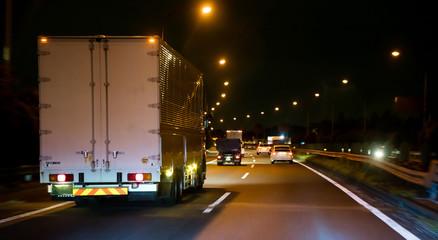 トラック・夜