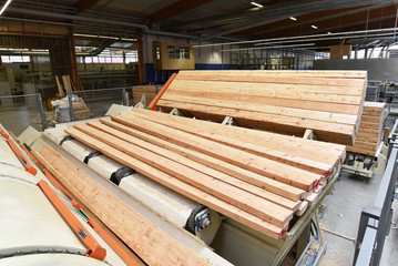 gehobelte Holzbretter in einem Sägewerk // Industrial plant sawmill - production of wooden boards with modern machines