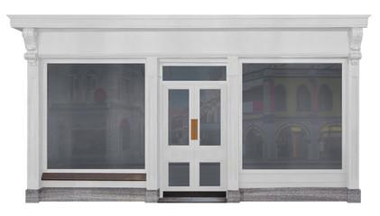 Geschäft mit weiß lackierter Front aus Holz freigestellt auf weißem Hintergrund