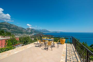 Obraz Ogromny taras z pięknym widokiem na miasto Sutomore i góry w Czarnogórze - fototapety do salonu