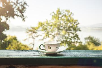 Tasse mit heißem Getränk. Tee Kaffee. Cup with coffee, teacup