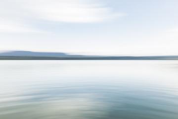 Hintergundbild, background picture, Friedliche Wasserlandschaft mit Land am Horizont. Peaceful seascape with land at the horizon.