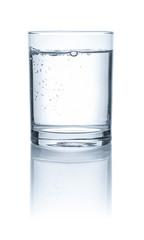 Glas mit Wasser vor weißem Hintergrund