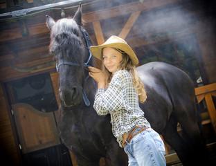 Ein Teenager und ihr schwarzes Pferd