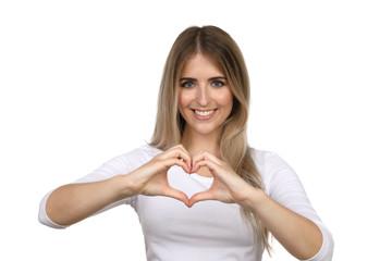Hübsche blonde Frau lacht und formt mit den Händen ein Herz