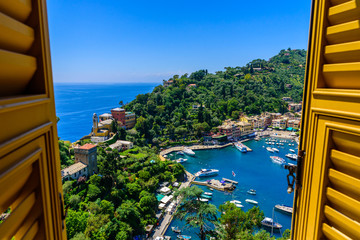 Photo sur Plexiglas Ligurie Portofino, Italy - colorful houses and yacht in little bay harbor. Liguria, Genoa province, Italy. Italian fishing village with beautiful sea coast landscape in summer season.