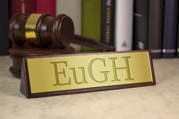 Schreibtischschild mit Richterhammer EuGH Europäischer Gerichtshof