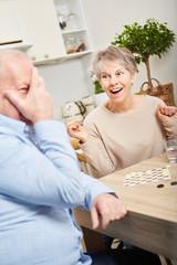 Senioren Paar hat Spaß beim Brettspiel