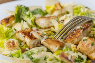 Aufsicht vom Cäsarsalat auf einem Teller