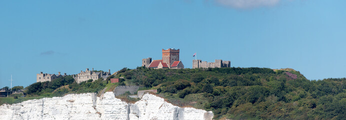 Stores à enrouleur Kaki St Mary in Castro Church and Roman Lighthouse at Dover Castle Dover Kent White Cliffs South England