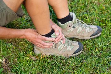 Wanderin mit verstauchten Sprunggelenk / Fußgelenk
