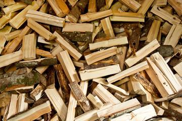 Holzscheite durcheinander auf einem Haufen - Hintergrund