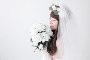 花束の香りを嗅ぐ花嫁