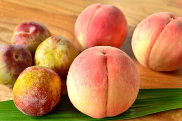 桃とスモモ