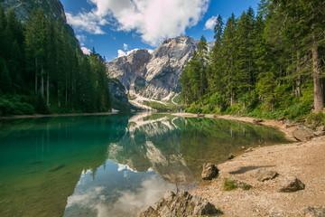 Veduta dello splendido lago di Braies in Alto Adige, Italia